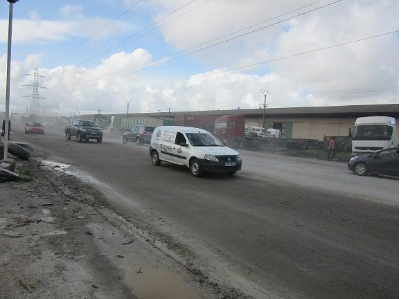 Vridi route portuaire le gravat repend la poussière dans l'air. Crédit photos Babeth