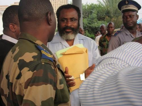 Commandant Séka Yapo Enselme dit Séka Séka à la sortie du tribunal. Condamné à la prison à vie pour la Mort du Général Guéi, de son épouse et des élément de sa garde rapprochée. Crédit Photo Babeth B.