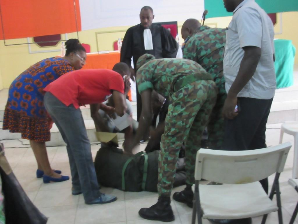 Maplé Gnéka avait piqué une crise d'hypertension à la barre traumatisé par l'interrogatoire du juge. Il a participé au pillage de la résidence du Général mais à été déclaré non coupable pour les faits de complicité d'assassinat