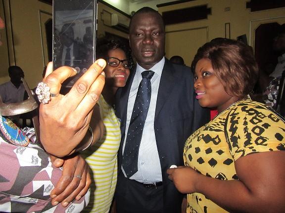Un selfie pour la route? Après le verdict avant de purger sa peine de prison à vie . Crédit Photos Babeth B.
