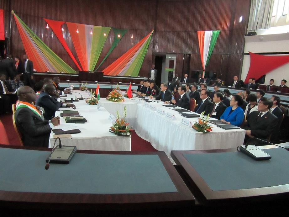 Délégation chinoise et ivoirienne dans la salle de conférence